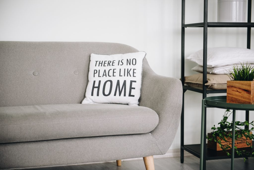 """Canapé et coussin """"There is no place like home"""""""